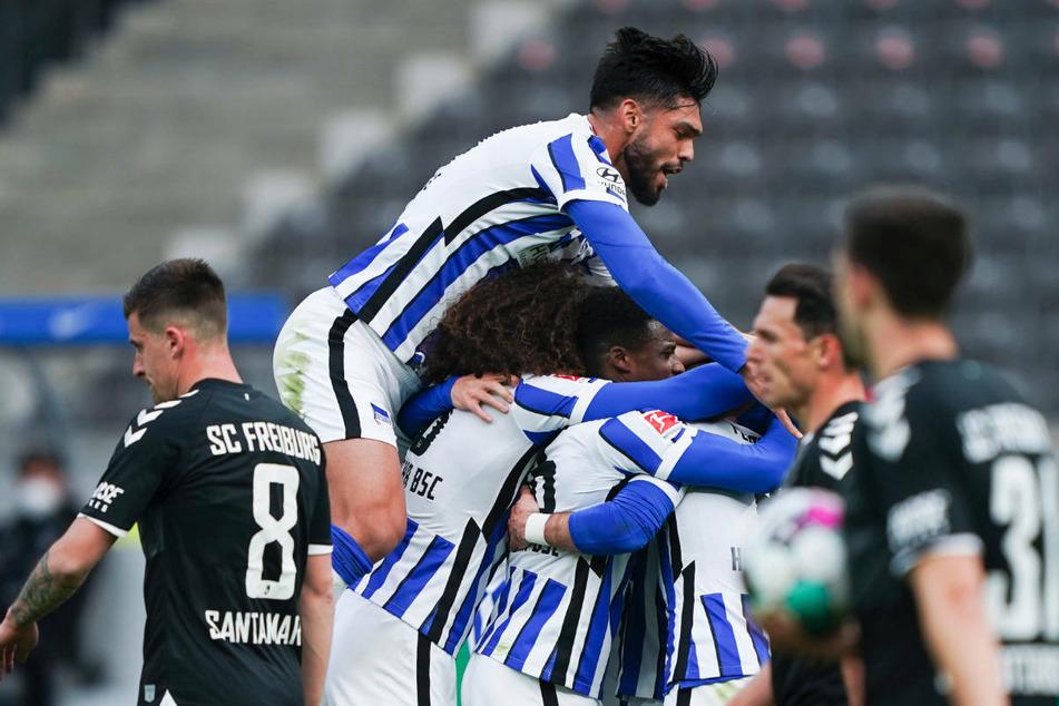 Die Spieler von Hertha BSC bejubeln das 2:0 gegen den SC Freiburg.