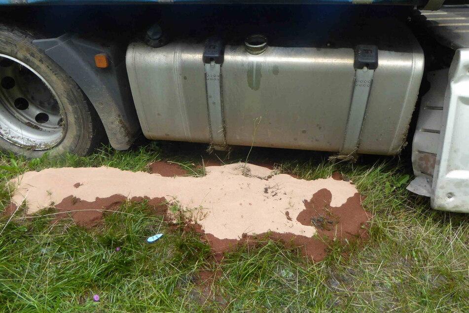 Der Tank des Lasters wurde beschädigt, es lief Diesel aus.