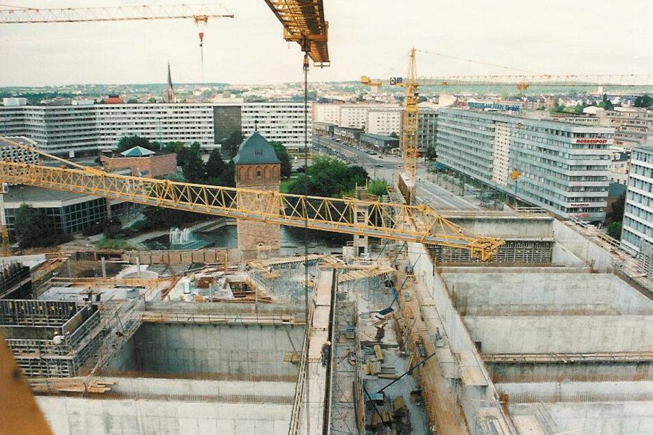 Ab 1998 wurde die Galerie Roter Turm gebaut. In dieser Bauphase konnte man einen Blick in die Kinosäle erhaschen.