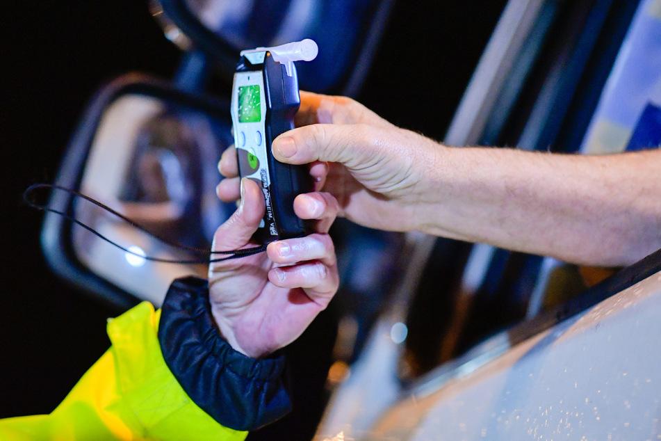 Sinsheim: Polizisten reichen bei einer präventiven Alkoholkontrolle bei Fahrern von Lastkraftwagen ein Alkoholmessgerät in eine Fahrerkabine.