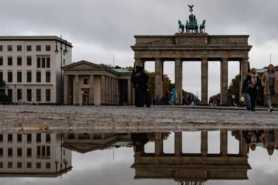 Nur wenige Menschen sind auf dem Pariser Platz am Brandenburger Tor unterwegs.