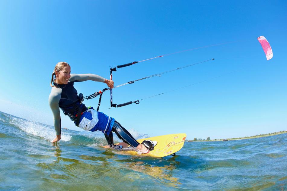 Segler und (Kite-)Surfer können sich auf dem Bärwalder See austoben (Symbolbild).