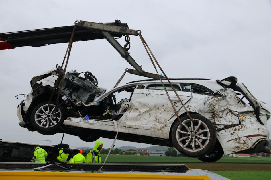 Audi kracht in schweren Unfall: Regennasse Fahrbahn wird zur Fahrer-Falle