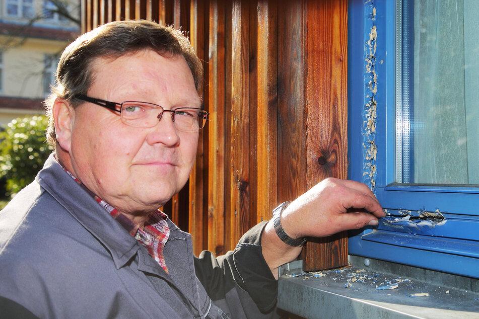 Vize-Verwalter Hartmut Schöne (58) ärgert sich über die demolierten Fenster.