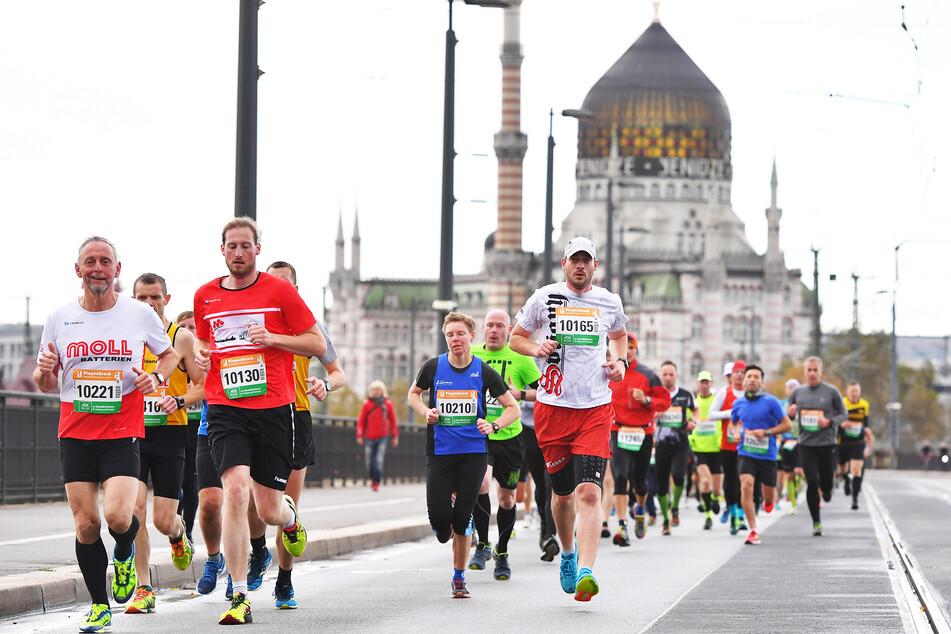 Läufer sind beim Dresden Marathon auf der Marienbrücke unterwegs.