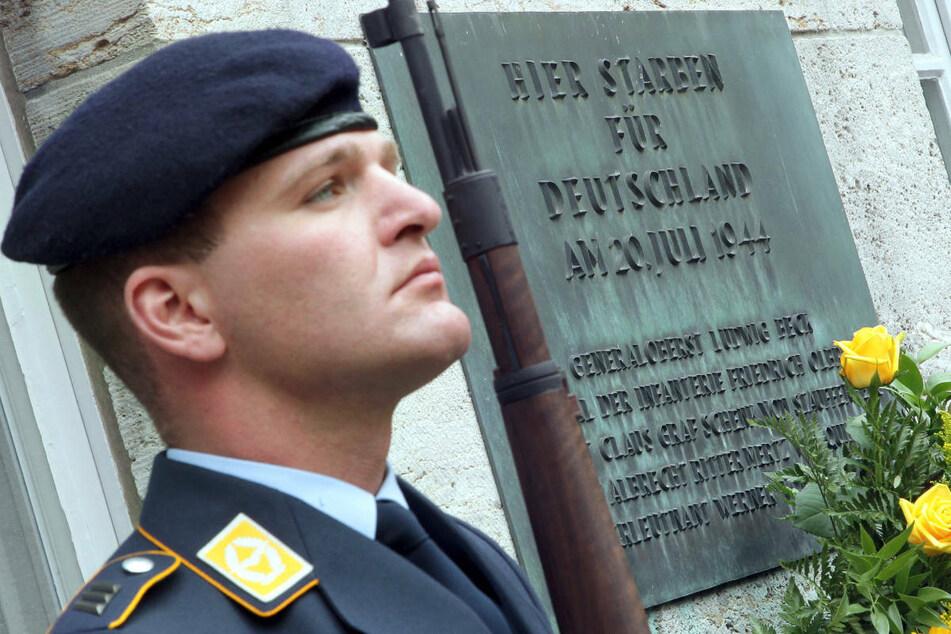 Ein Soldat des Wachbataillons der Bundeswehr steht im Bendlerblock in Berlin neben einer Gedenktafel zum 20. Juli 1944. Am Dienstag wird in Berlin an den Widerstand gegen das NS-Regime erinnert. (Archivfoto)