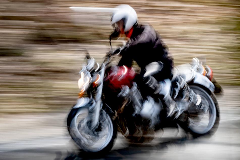 Die Frau kehrte mit ihrer Maschine von einer Motorradausfahrt zurück. (Symbolbild)
