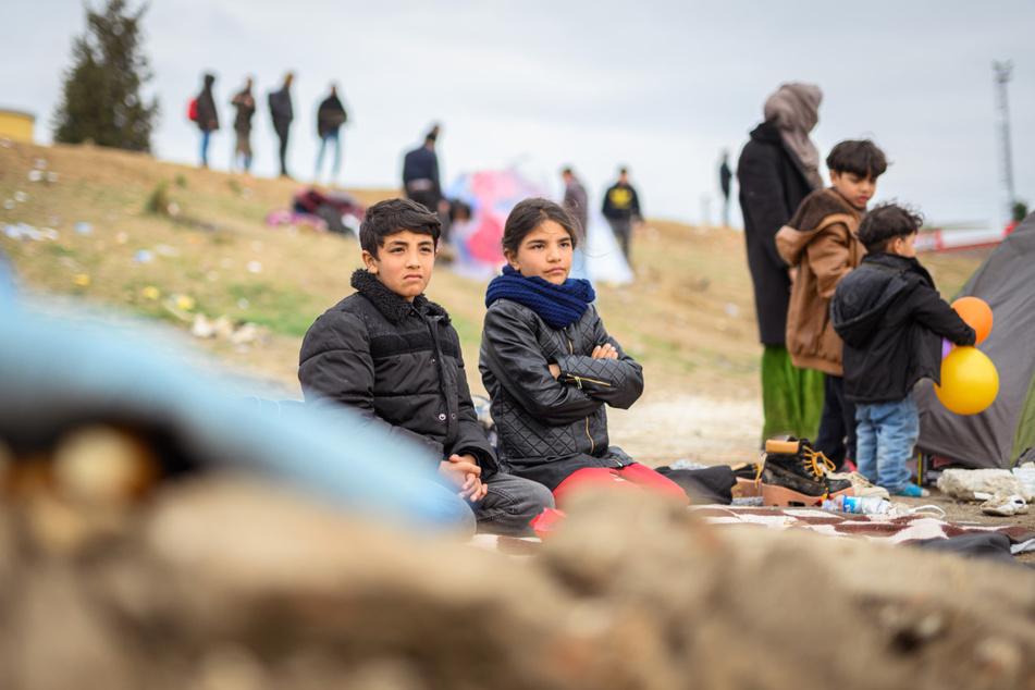 """Syrische Flüchtlingskinder sind in der türkischen Grenzstadt Edirne am Fluss """"Tunca Nehri"""" in der Nähe des Grenzübergangs Pazarkule-Kastanies."""
