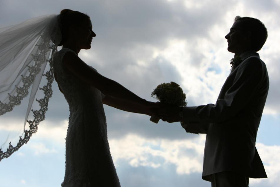 Die Silhouette eines frisch vermählten Hochzeitspaares. Nach dem Seuchenjahr 2020 hoffen viele Hochzeitspaare 2021 auf eine große Feier. (Symbolfoto)