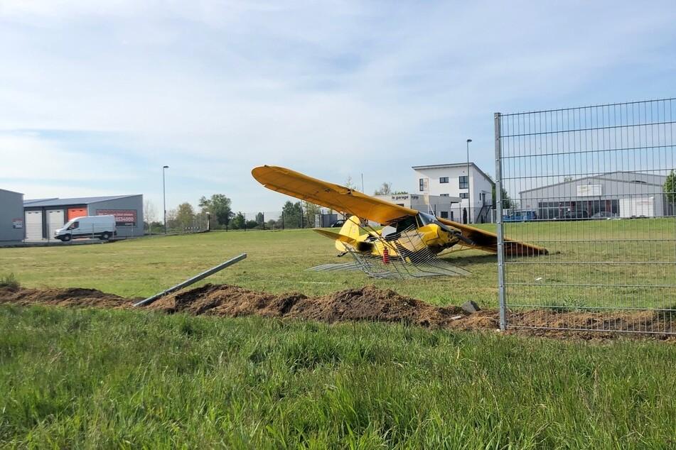 Das Propellerflugzeug krachte in einen etwa zwei Meter hohen Zaun, es entstand ein Totalschaden.