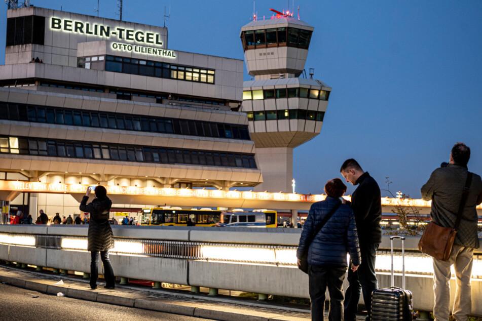 Besucher fotografieren den Flughafen Tegel am letzten Tag des regulären Betriebs.