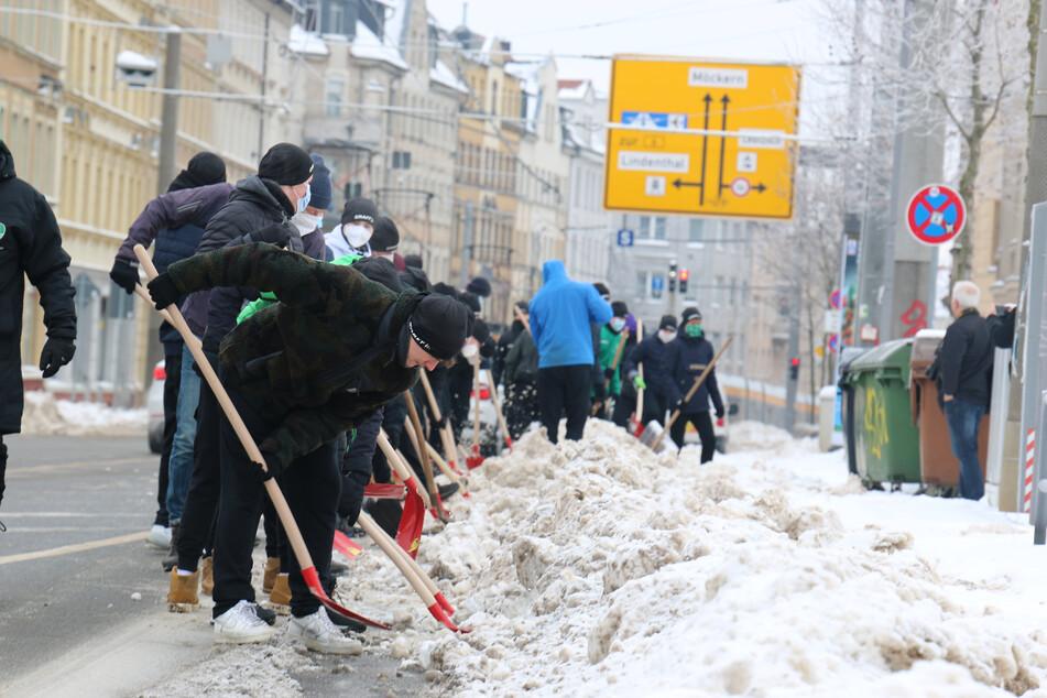 Leipzig: Handballer vom SC DHfK schippen Straßenbahnlinie vom Schnee frei