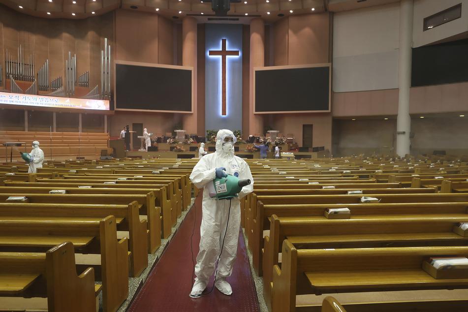 Seoul: Mitarbeiter der Stadt desinfizieren den Innenraum der Yoido Full Gospel Church, um die Ausbreitung des Coronavirus einzudämmen.