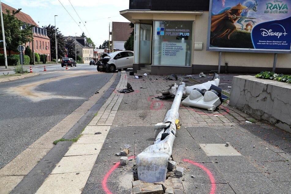 Nachdem der 35-Jährige mit seinem Auto gegen den Bordstein gefahren war, fuhr er einen Ampelmast um. Schlussendlich kam der Kleinwagen an einer Hauswand zum Stillstand.