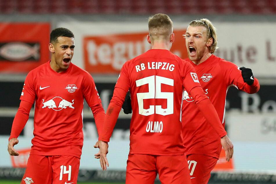 Nach dem Siegtreffer beim VfB Stuttgart am Samstag gab es für Tyler Adams, Torschütze Dani Olmo und Emil Forsberg (v.l.n.r.) kein Halten mehr.