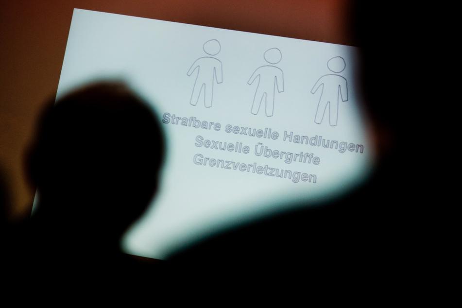 Ein Mädchen aus Unterfranken soll vom Freund seiner Mutter anderen Männern zum Sex angeboten worden sein: Heute wird das Urteil gegen den 49-Jährigen erwartet (Symbolbild).