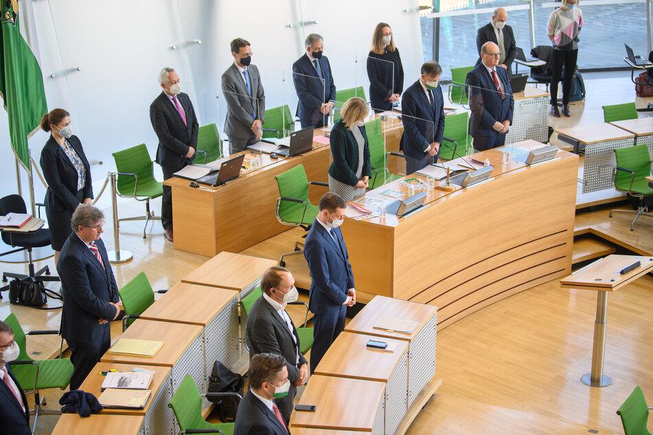 Michael Kretschmer (45, CDU, M), Ministerpräsident von Sachsen, und Abgeordnete gedenken vor Beginn der Sondersitzung des Sächsischen Landestages zum Corona-Lockdown bei einer Schweigeminute der Opfer, die an Corona gestorben sind.