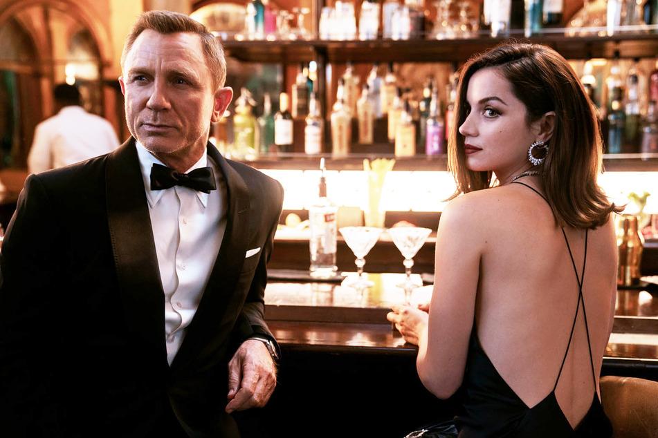 Zwei Dinge braucht jeder James Bond (Daniel Craig, 53): Eine gute Bar und (mindestens) eine schöne Agentin wie Paloma (Ana de Armas, 33).