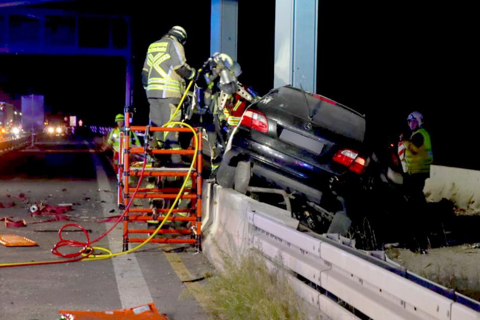 Ein Autofahrer ist auf der A10 gegen einen Brückenpfeiler geknallt.