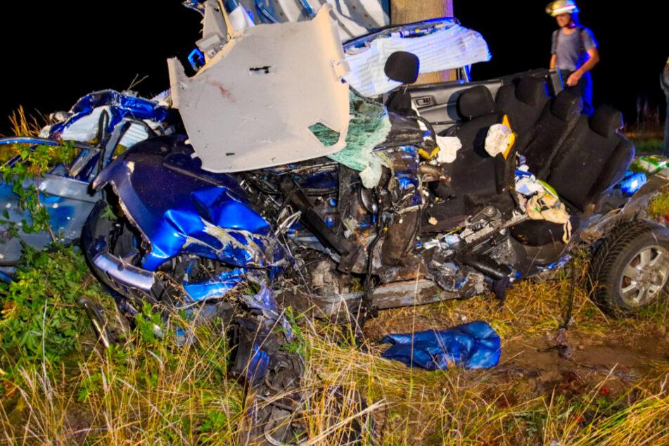 Horror-Unfall! Frau kracht mit Auto gegen Baum und stirbt