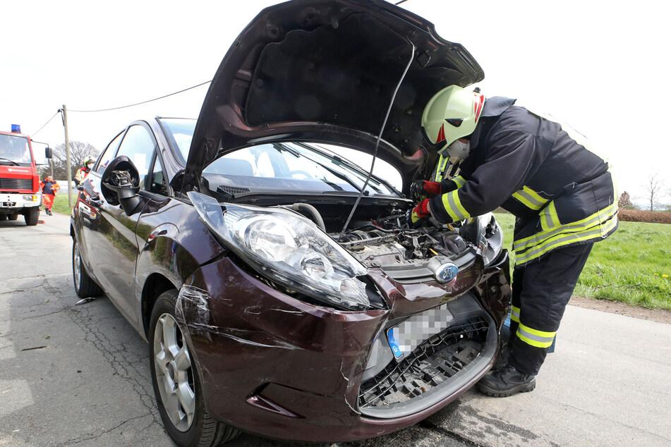 Schwerer Unfall in Wüstenbrand: Ein Ford krachte frontal mit einem Mitsubishi zusammen.