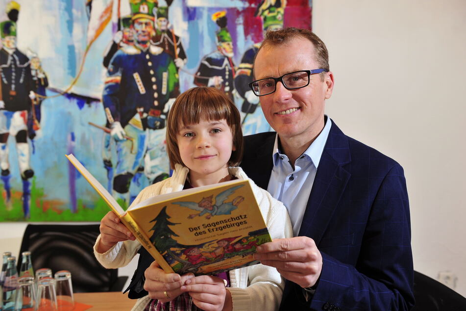 Bundestagsabgeordneter Alexander Krauß (45, CDU) liest seiner Tochter Sophia (7) regelmäßig aus Büchern vor. So entstand auch die Idee zum Sagen-Buch.