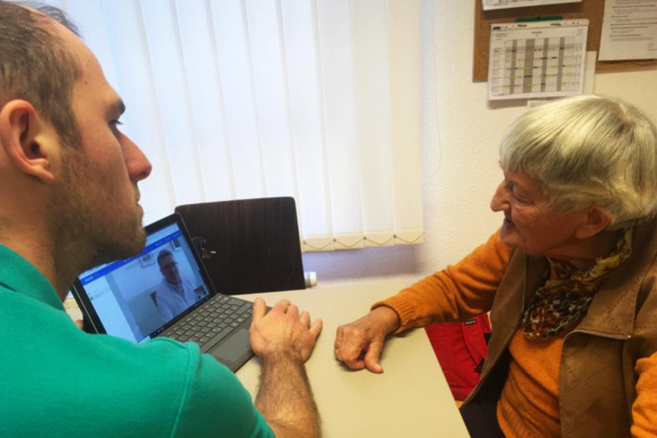 Wohnbereichsleiter Marc Ulbricht (34) und die Bewohnerin Johanna Sassenberg (92) in der Videosprechstunde.