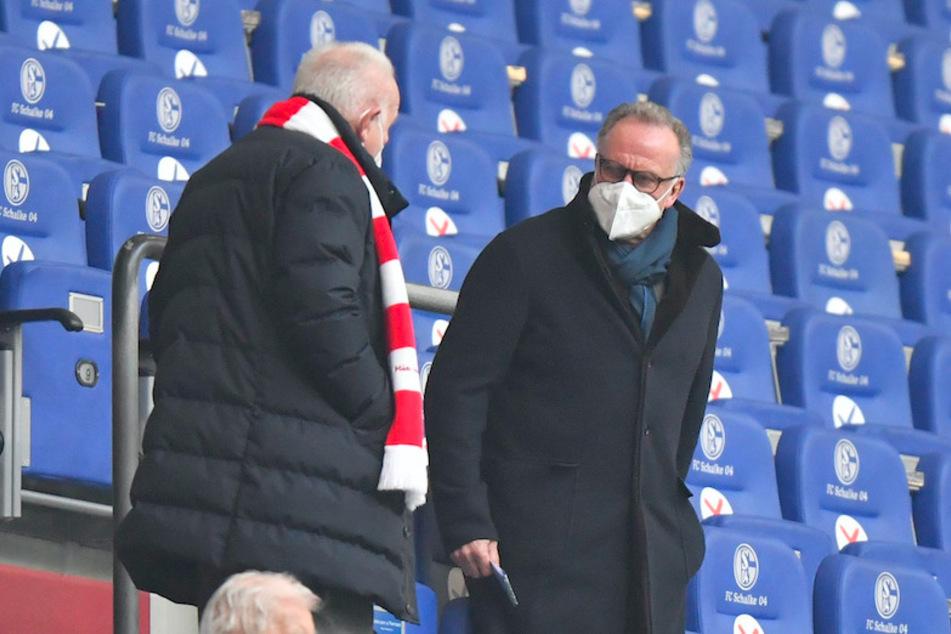 Karl-Heinz Rummenigge (65, M.), Vorstandsvorsitzender des FC Bayern München, wechselte beim Spiel auf Schalke wieder zur FFP2-Maske.