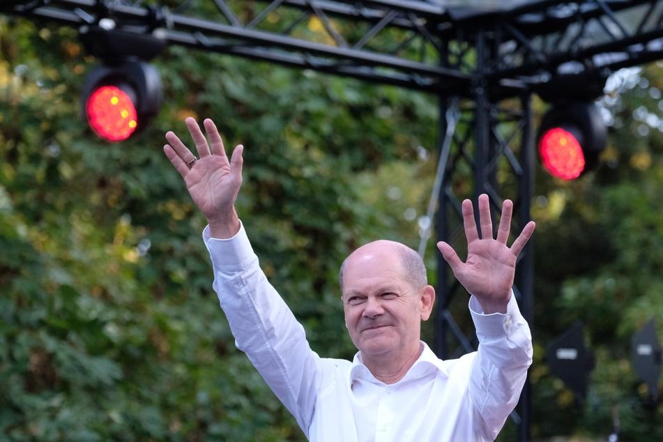 Kanzlerkandidat Olaf Scholz (63, SPD) winkte bei seinem Auftritt in die Menge. Am Sonntag war er in Leipzig zu Gast.