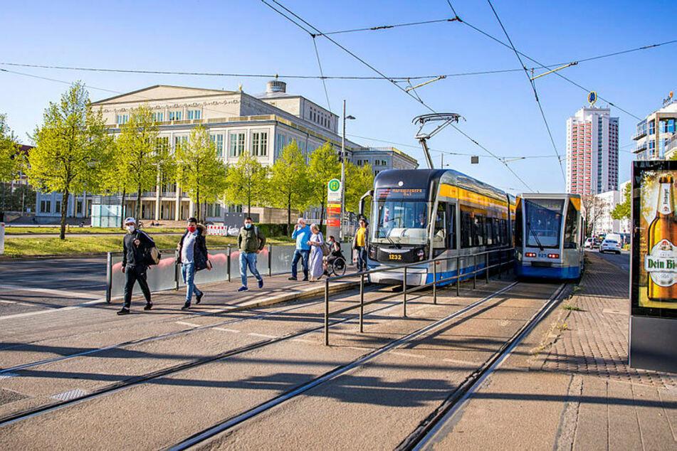 Mit angelegtem Mundschutz steigen Fahrgäste in Leipzig aus der Straßenbahn. Seit Corona sind die Passagierzahlen eingebrochen.