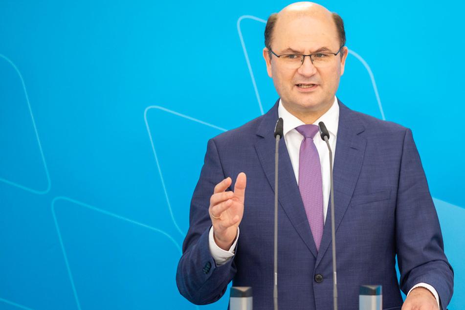Albert Füracker (53, CSU), Finanzminister von Bayern, warnt vor einer vorschnellen Einigung über eine globale Mindeststeuer.
