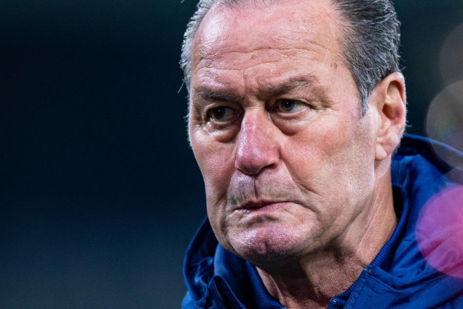Schalkes Coach Huub Stevens mit skeptischem Blick am Rande des Spiels gegen den SSV Ulm.