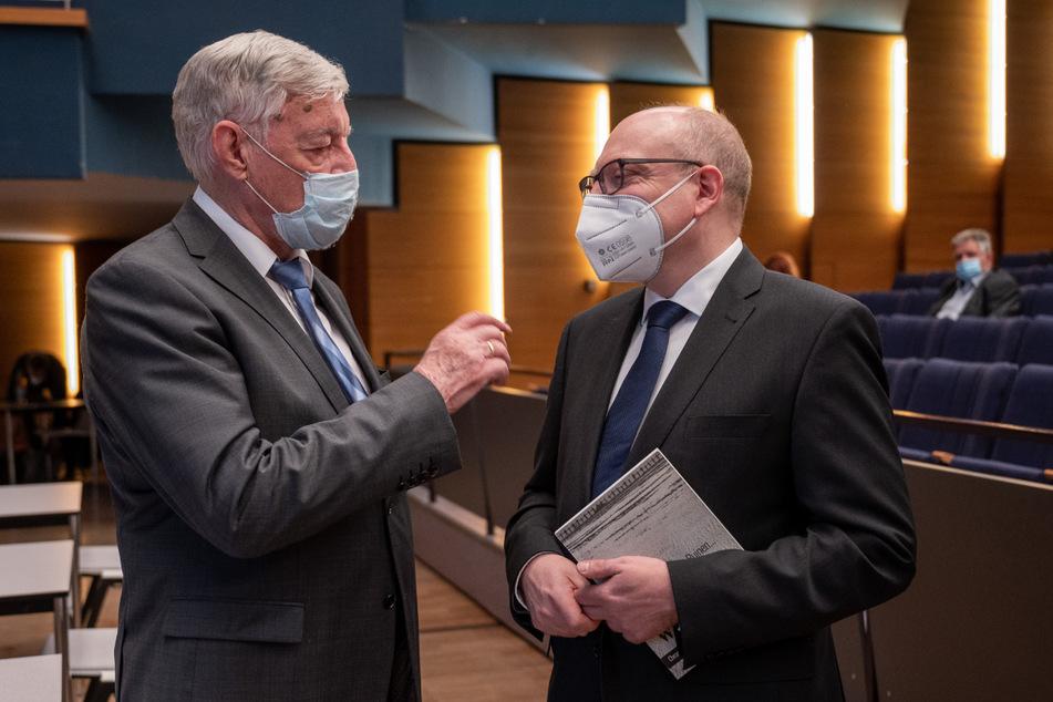 Ex-OB Eberhard Langer (86, l.) gibt dem vereidigten Oberbürgermeister Sven Schulze (49, SPD) drei gute Ratschläge mit auf den Weg.