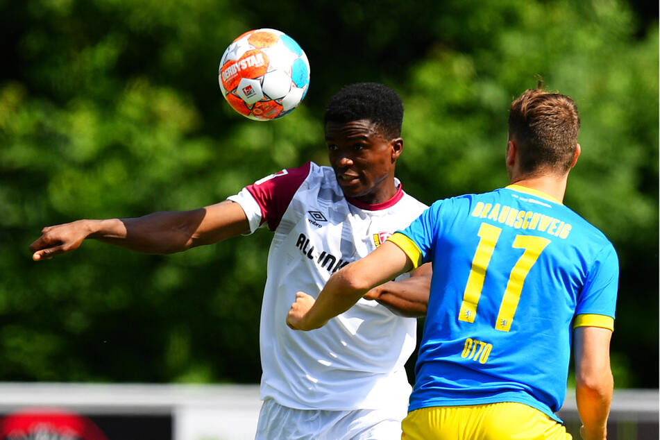 Michael Akoto (23, l.) gefiel auf der rechten Seite der Viererkette besser als im Abwehrzentrum.