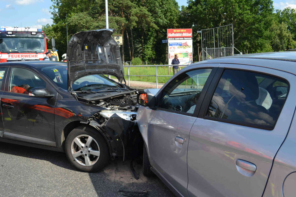 In Hoyerswerda kollidierten am Samstag ein Renault und ein Mitsubishi frontal.
