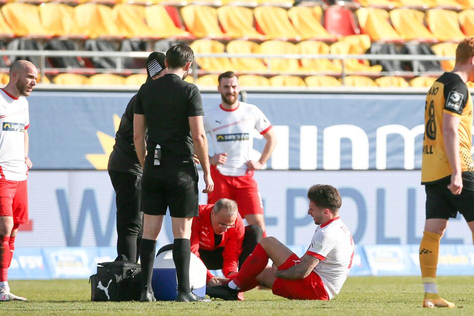 FSV-Sechser Yannik Möker (21, am Boden) musste bereits in der ersten Hälfte verletzt ausgewechselt werden. Er wurde mit einer Trage aus dem Stadion gefahren.