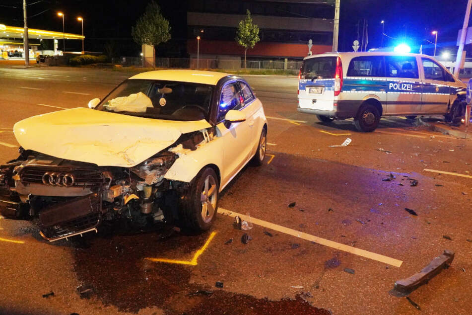 Stuttgart: Polizei fährt mit Blaulicht durch Stuttgart, dann kracht es