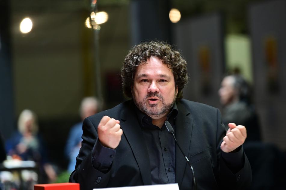 Intendant Joern Hinkel gestikuliert auf einer Pressenkonferenz der Bad Hersfelder Festspiele.