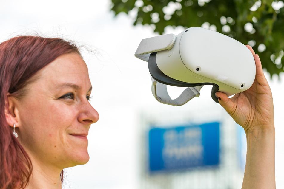 """Jacky Rohrschneider (40) zeigt die neue """"Quest 2""""-Virtual-Reality-Superbrille."""