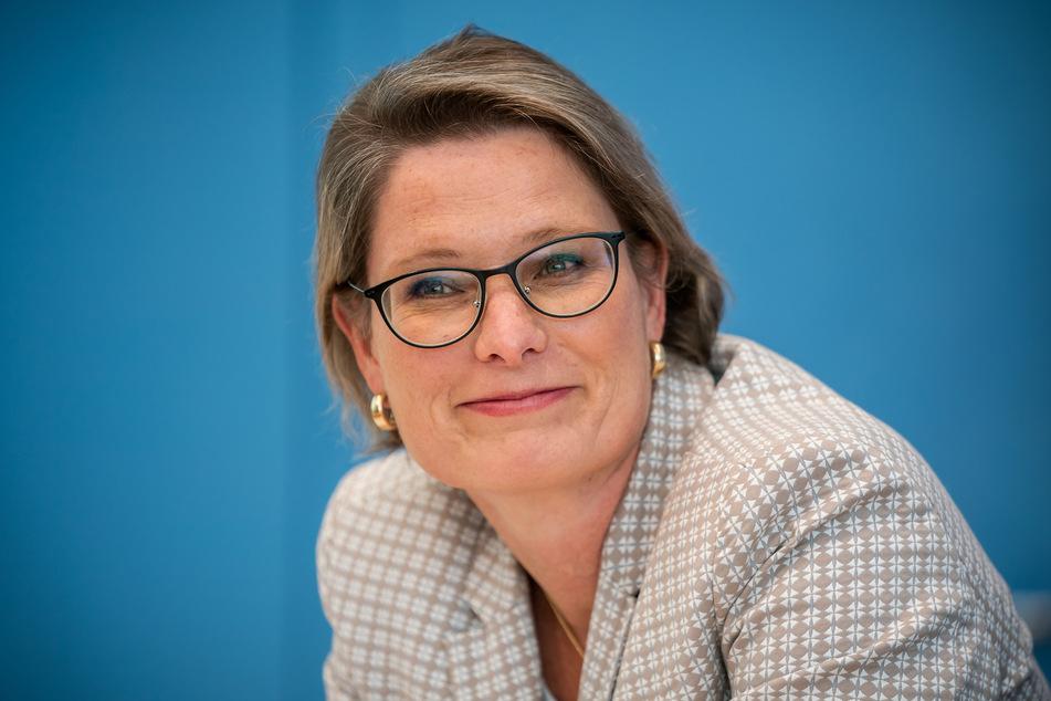 Stefanie Hubig (SPD), Bildungsministerin in Rheinland-Pfalz und Vorsitzende der Kultusministerkonferenz, lächelt bei der Vorstellung des OECD-Bildungsberichts.