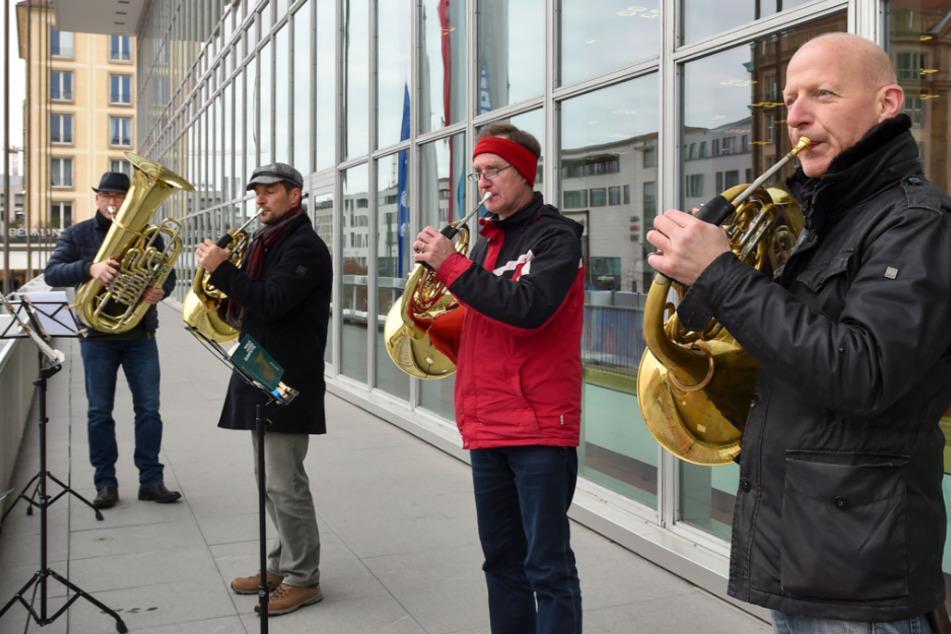 Bläsder der Dresdner Philharmonie musizieren vom Balkon des Kulturpalasts.