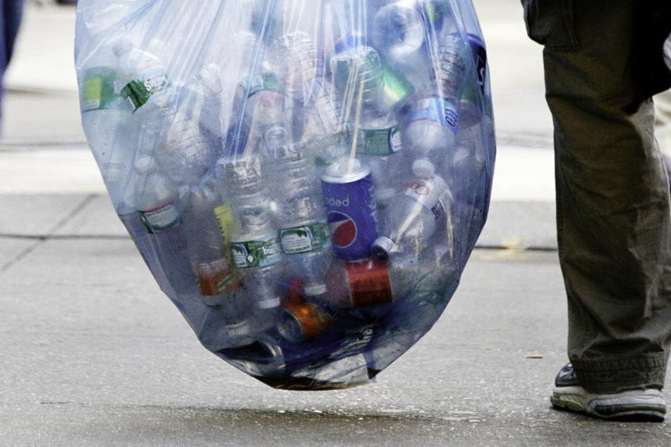 Nach Shitstorm: Polizei löscht Schätzfrage zu Pfandflaschen bei Obdachlosem