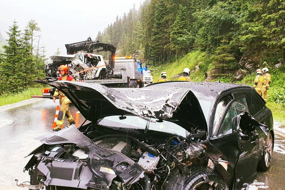 Beide Unfallwagen nahmen enormen Schaden bei dem Unfall.