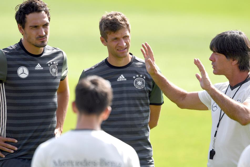 Auch bei der Europameisterschaft, die nun 2021 stattfindet, werden Mats Hummels (links) und Thomas Müller (31, Mitte) wohl den Anweisungen von Joachim Löw (rechts) lauschen.