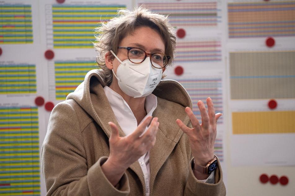 Daniela Behrens (52, SPD), Gesundheitsministerin von Niedersachsen, hat sich entsetzt über die Tat einer DRK-Mitarbeiterin im Impfzentrum Friesland gezeigt.