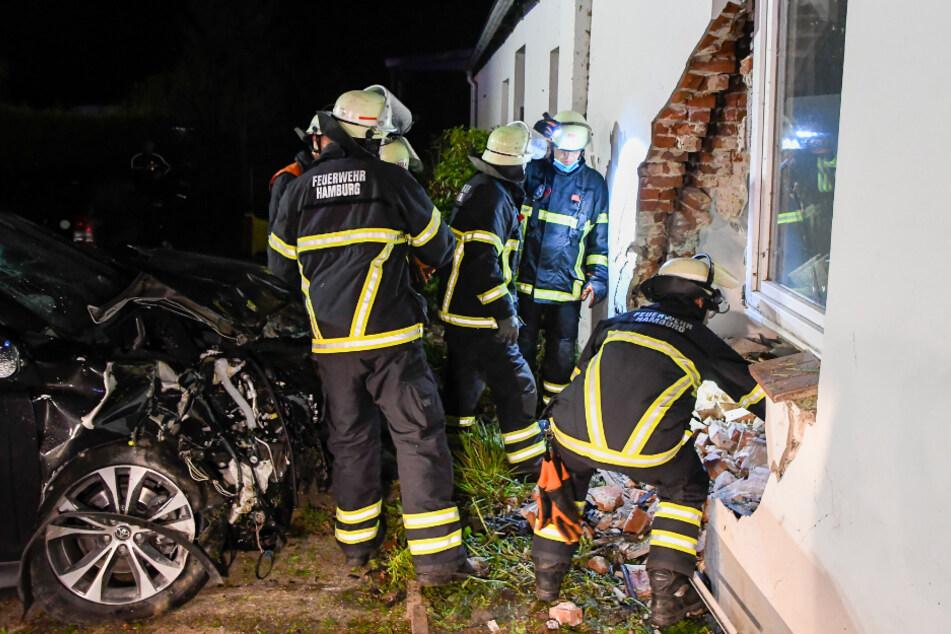 Auto kracht in Hauswand: Fahrer schwer verletzt