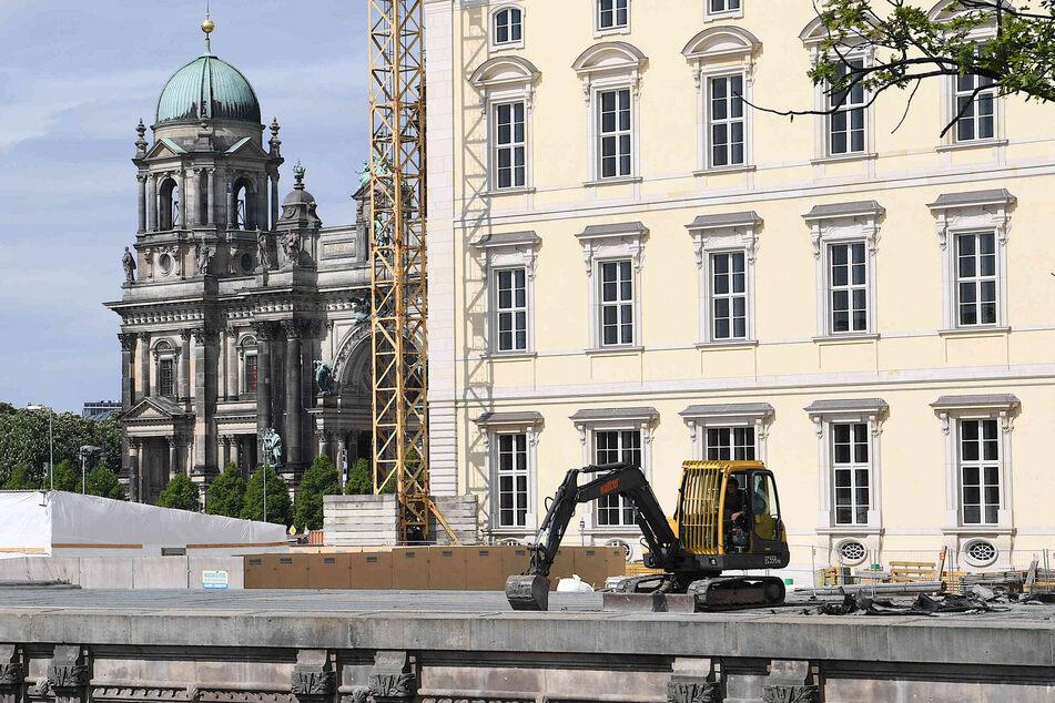 Ein Bagger steht auf der Baustelle des Freiheits- und Einheitsdenkmal am Schinkelplatz vor dem Berliner Schloss.