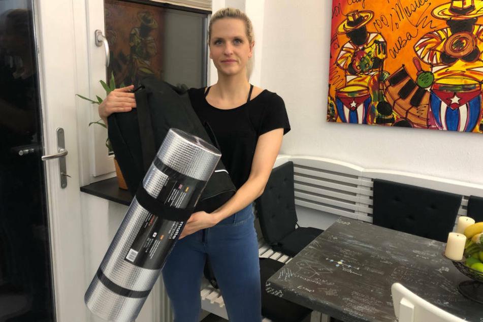 MyDirtyHobby-Markenbotschafterin Schnuggie91 präsentiert das Hilfspaket, das an Obdachlose in Berlin verteilt wurde.