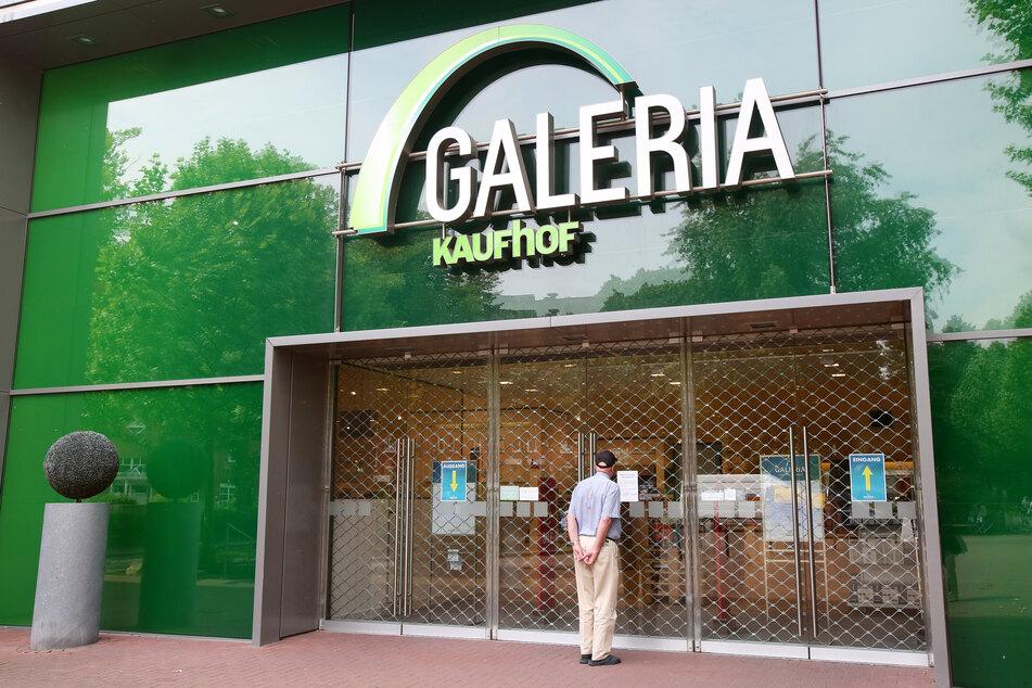 Ein Passant steht vor einer geschlossenen Galeria-Kaufhof-Filiale im Alstertal-Einkaufszentrum (AEZ).