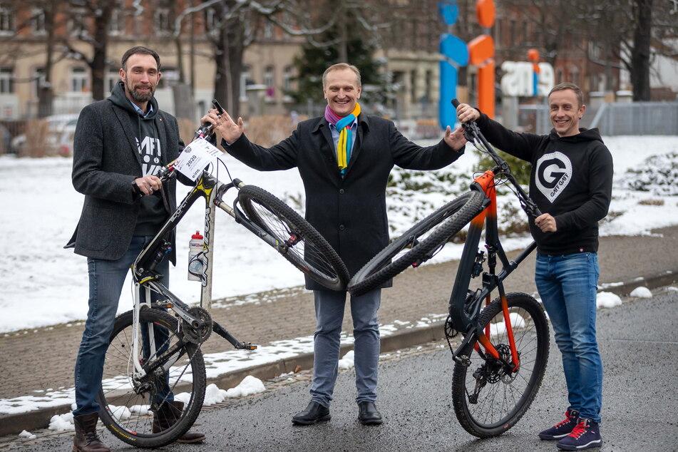 """Die """"Heavy24""""-Veranstalter Alexander Liebers (43, l.) und André Gläß (41, r.) machen bei ihrem Mountainbike-Rennen gemeinsame Sache mit """"eins""""-Chef Roland Warner (57, Mitte)."""